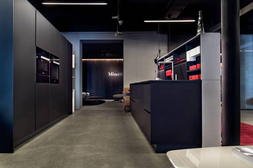 Poliform Küche Alea mit schwarzen Fronten aus Fenix-Laminat