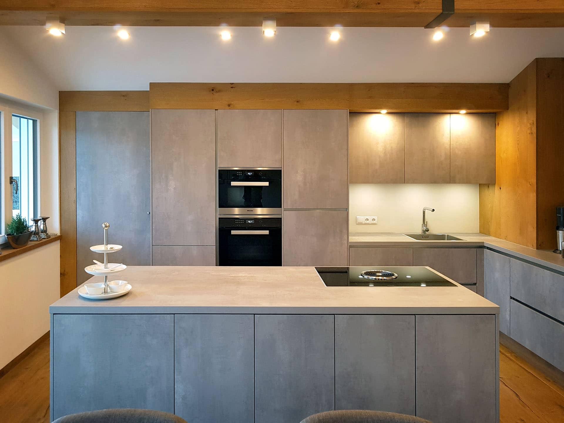 Küche in harter Betonoptik und weicher Eichenverkleidung — M