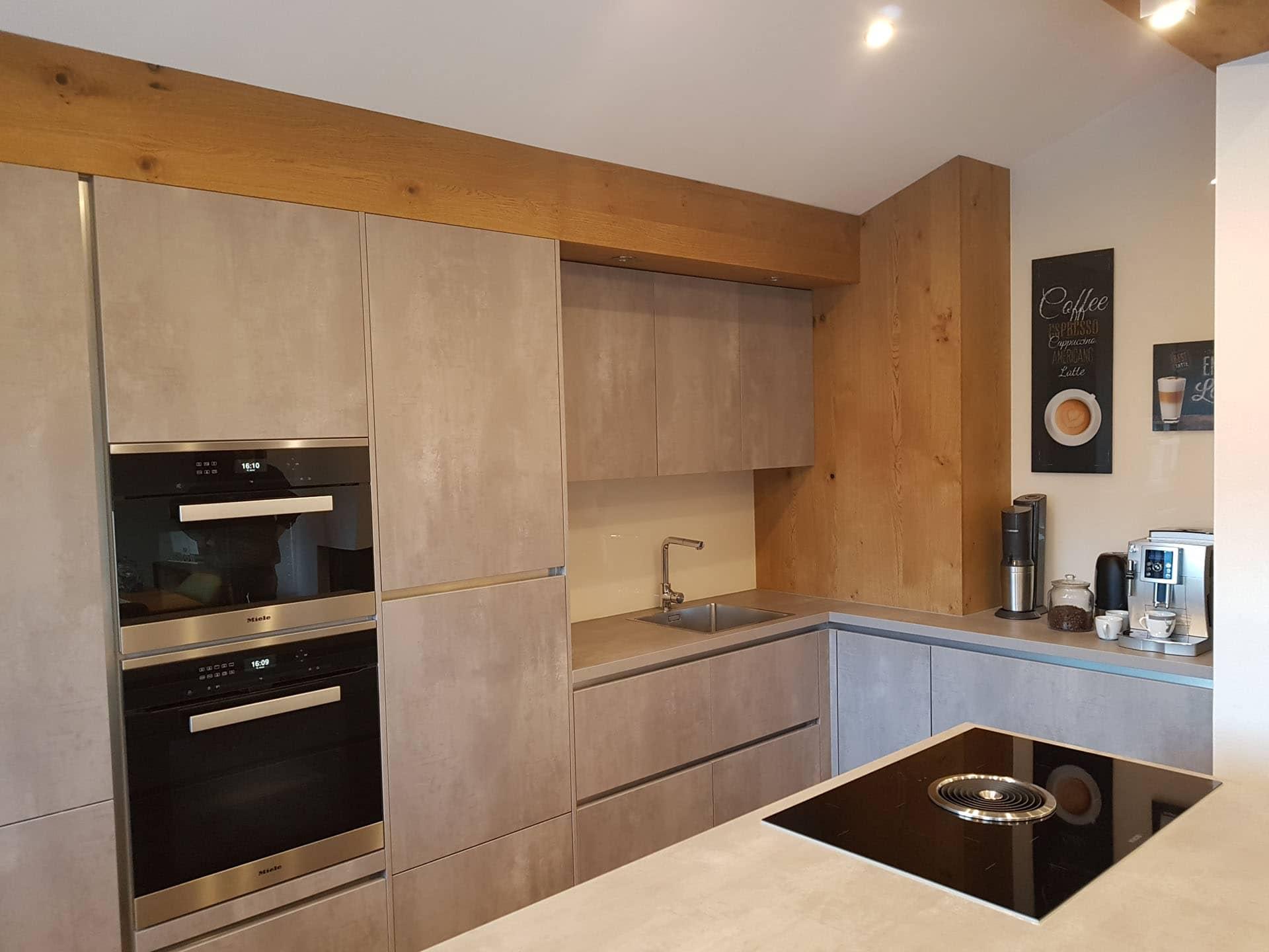 k che in harter betonoptik und weicher eichenverkleidung. Black Bedroom Furniture Sets. Home Design Ideas