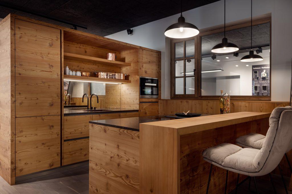 Altholz Küche aus Lärche mit Kaiser Idell Hängelampen von Fritz Hansen