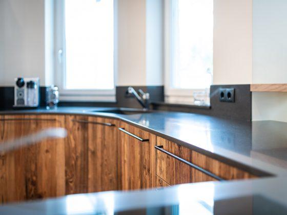 Altholzküche mit Steinplatte
