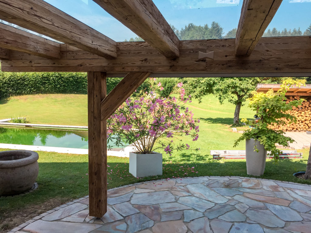 Terrasse mit Altholzummantelung