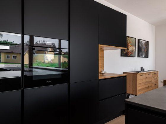 Schwarz Küche mit Holz