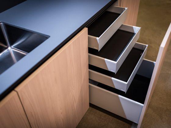 Aluminium schubladen in der neuen Ausstellungsküche Poliform by M-Studio Reiter