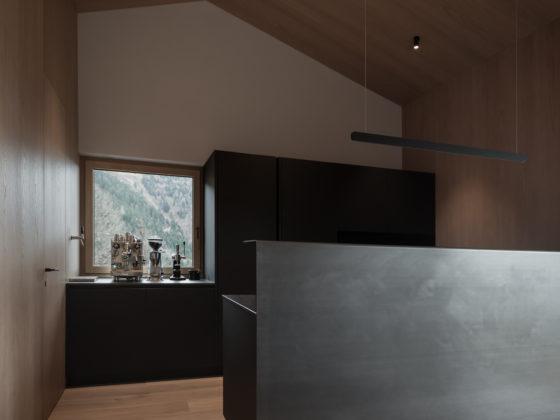 Tischlerküche in schwarz und Stahl